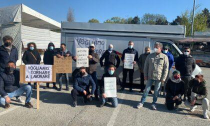 """Ambulanti in piazza per protestare: """"Fateci riaprire"""""""