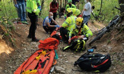 Brutta caduta in mezzo ai boschi, soccorso un ciclista