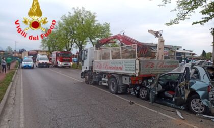 Grave incidente a Manerba, auto rimane schiacciata da un mezzo pesante