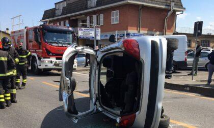 L'auto si ribalta: donna estratta dai Vigili del fuoco