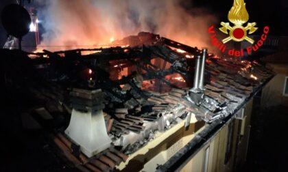 Incendio devasta tetto al quartiere Leonessa
