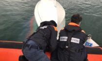 Si capovolge la barca, velista recuperato da Guardia Costiera
