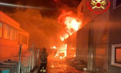 Fuoco e fiamme nella notte in un capannone a Carpenedolo