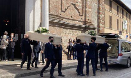 """""""Non piangere e risorgi"""": l'invito di don Decca ai funerali di Chiara e Danilo Ghitti"""