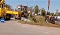 Camion sfonda il guard-rail e finisce nel fosso, interviene la gru per recuperarlo