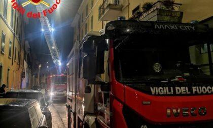 Cornicione pericolante: Vigili del fuoco in azione a Brescia dopo la pioggia