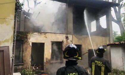 A fuoco il tetto di un caseggiato in ristrutturazione