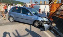 Stava caricando del materiale sul furgone, investito da un'auto: è grave