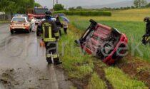 Auto si ribalta fuori strada: illesa la conducente