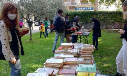 """Nuova vita ai libri usati: la biblioteca apre i suoi giardini per la """"bancarella del libro"""""""