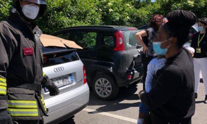 Pompieri in azione per un bimbo chiuso in auto