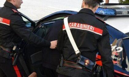 Ruba cinque cellulari e sferra un colpo al proprietario, ora è in carcere