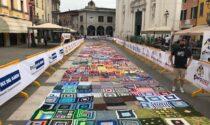 """Piazza Santa Maria colorata con i """"quadrotti"""" solidali"""