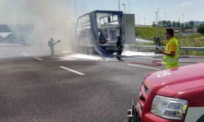 Camion in fiamme sull'A4: padre e figlio miracolati