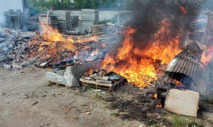 A fuoco catasta di legno situata fuori da una cascina