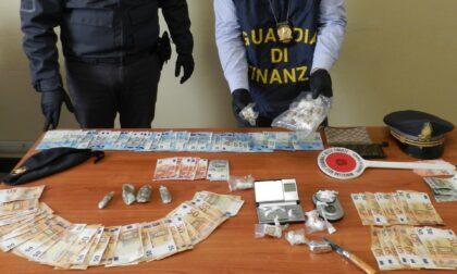 Arrestato spacciatore: in auto cocaina, hashish e marijuana