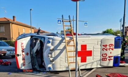 Auto finisce contro un'ambulanza, che si ribalta: quattro feriti