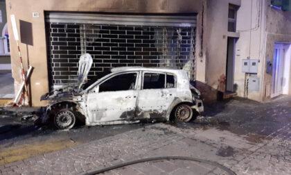 Gli bruciano l'auto sotto casa, è caccia al colpevole