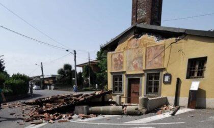 Camion sbaglia manovra e abbatte il portico della chiesetta