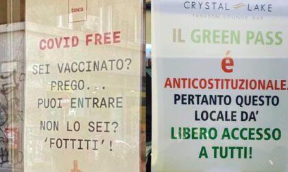 Ristoranti pro vax e altri no vax: i cartelli che fanno scoppiare le polemiche