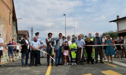 Taglio del nastro per il nuovo tratto di strada che collega due paesi e la Brebemi