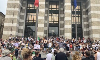 """""""No al green pass"""": più di 1.000 persone in piazza Vittoria si mobilitano per la """"libertà"""""""