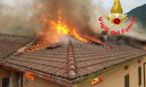 A fuoco il tetto dell'ex albergo Vela