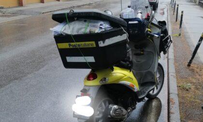 Scivola sull'asfalto con lo scooter, postino in ospedale