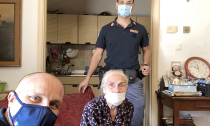 Anziana donna si smarrisce, gli agenti la riaccompagnano a casa