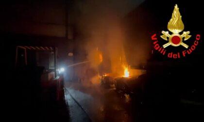 Incendio in un capannone: mezzi e struttura salvi grazie ai Vigili del fuoco