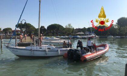 Barca a vela si incaglia ostruendo l'imbocco del porto: liberata dai Vigili del fuoco