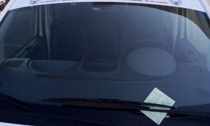 Parcheggia sul posto dei disabili: multato il mezzo usato per il trasporto... disabili