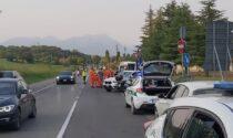 Non rispetta lo stop e travolge una moto: grave una 58enne