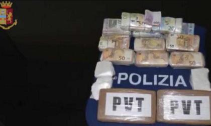 Soldi e droga nel doppiofondo dei sedili, arrestato 25enne
