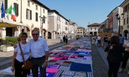 Seicento coperte cucite a mano coprono la piazza di Orzinuovi