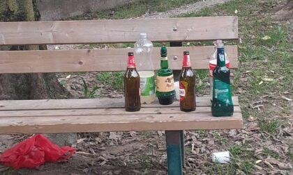 Spaccano e distruggono beni pubblici: multati 8 vandali